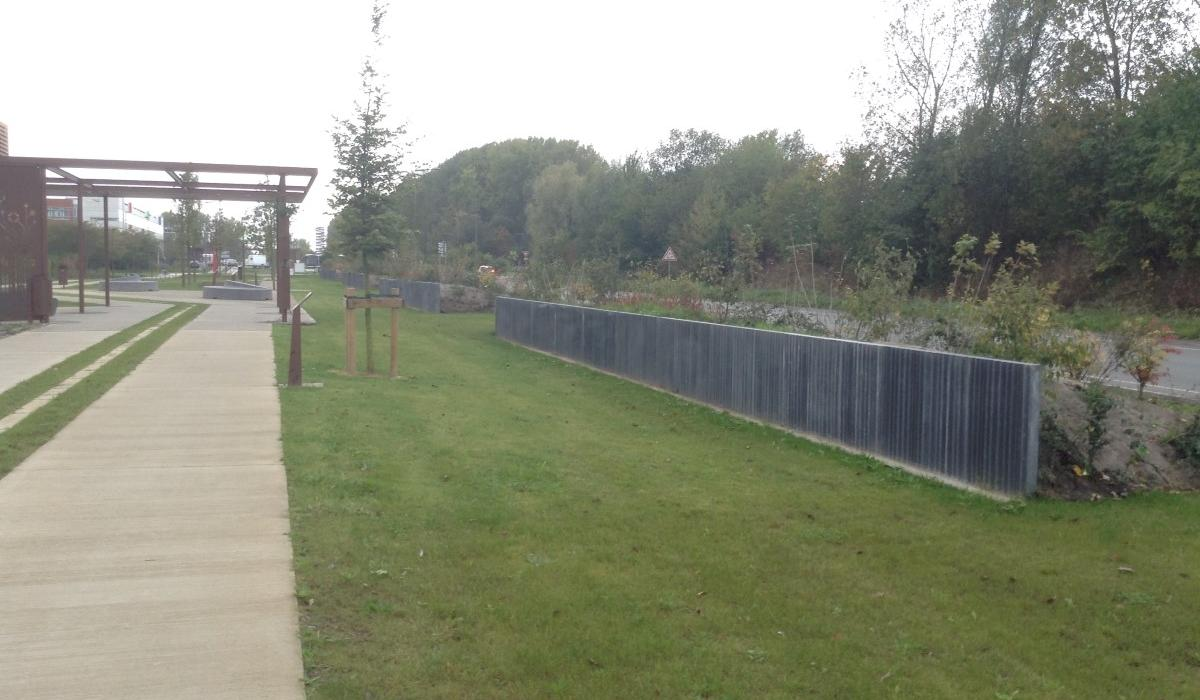 Concrete retaining wall with structure