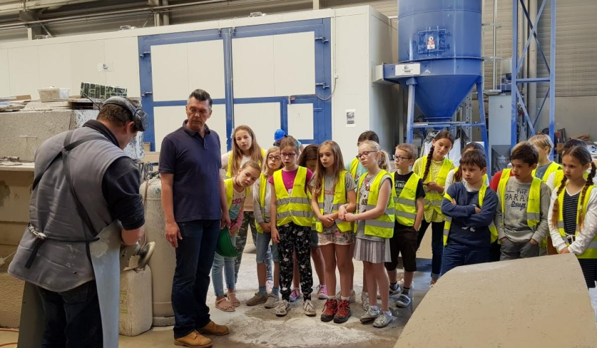 The pupils of Basischool Wevelgem discovering a finishing technique at Urbastyle