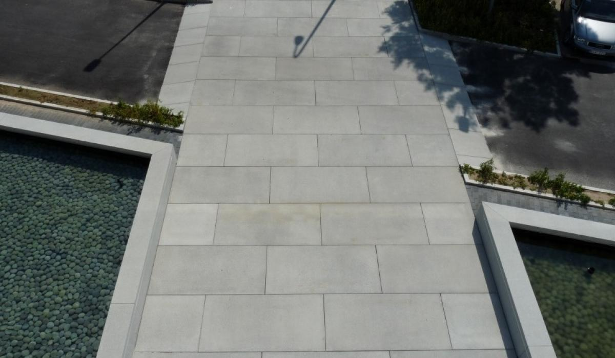 Top Interieur shop entrance path, large size slabs