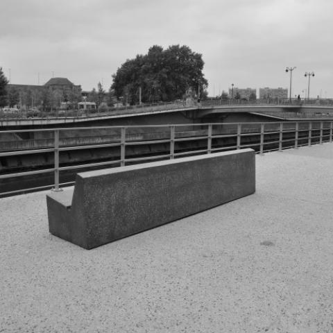 Bancs Galet et sur mesure. Quais de la Sambre, Charleroi, BELGIQUE